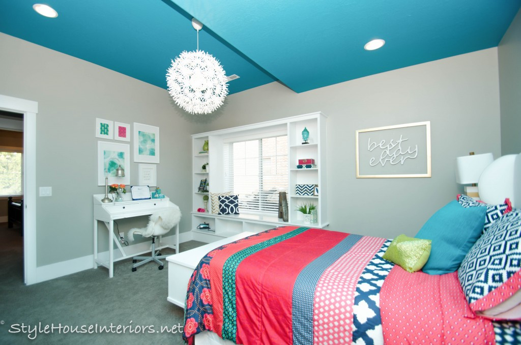 A pop of color on the ceiling stylehouseinteriors.com
